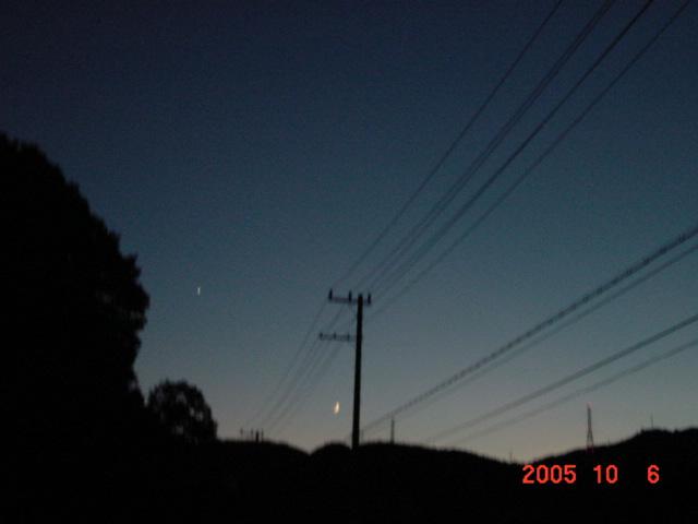 夕暮れ時の山道。
