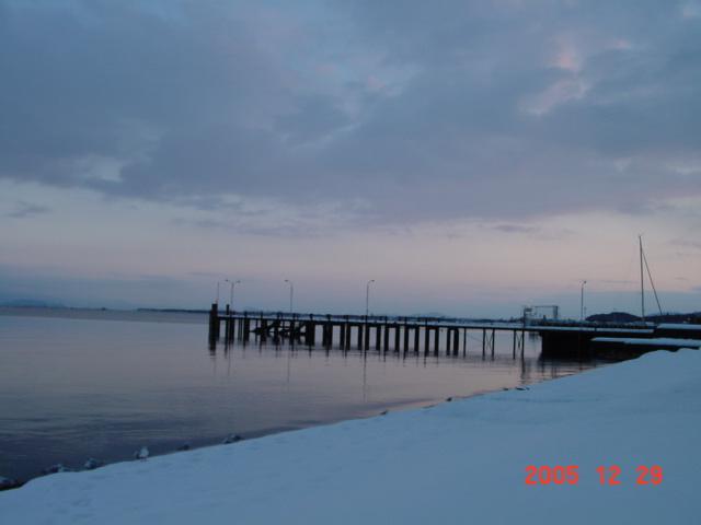 年末の近江八幡。琵琶湖岸の雪景色。